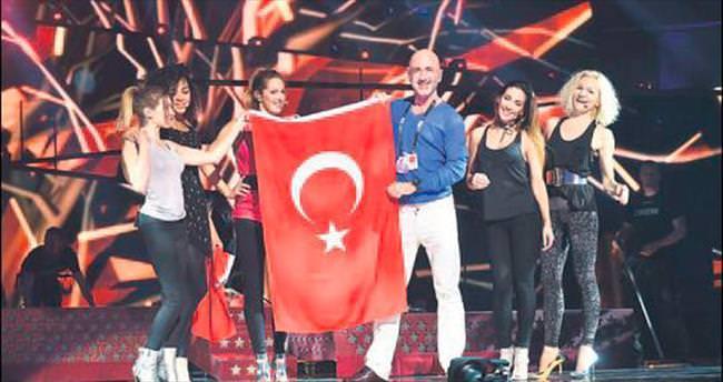 Eurovision sahnesinde Türk bayrağı