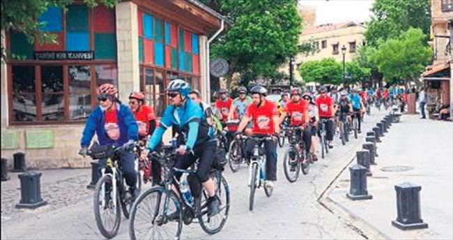 Bisiklet tutkunları Gaziantep'i turladı