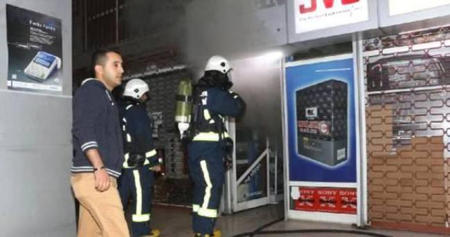 Elektronik mağazasında yangın paniği