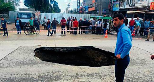 Adana'da yol çöktü faciadan dönüldü