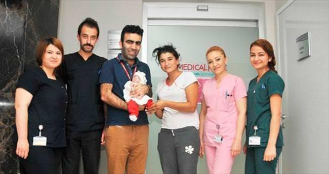 860 gramlık bebek yaşama tutundu