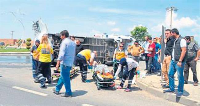 Otomobille minibüs çarpıştı: 4 yaralı