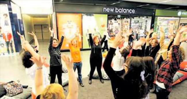 Kahkaha yogasıyla kadınlar stres attı