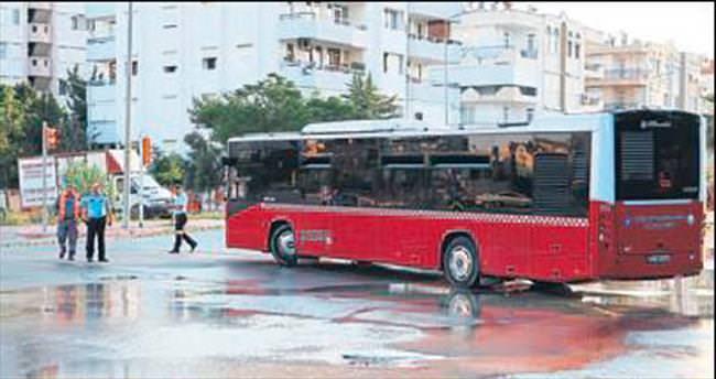 Boru patlayınca otobüs kaza yaptı