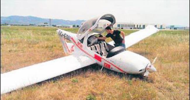 Duramayan eğitim uçağı pistten çıktı