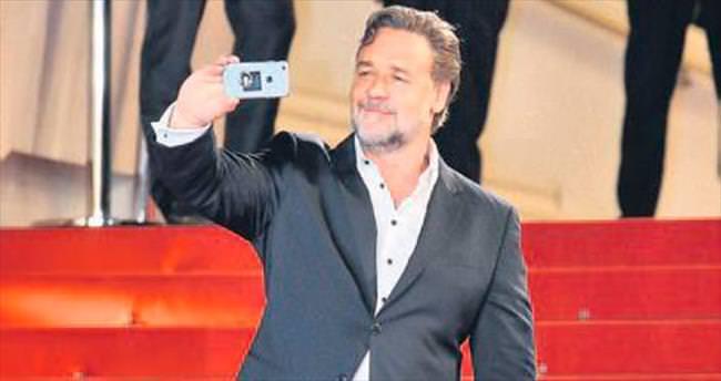 Kırmızı halıda selfie