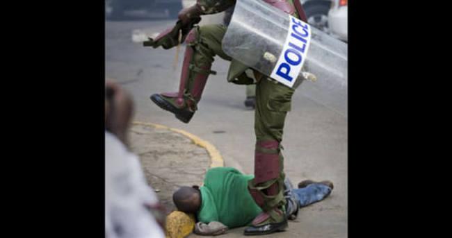 Kenya'da polisin protestocunun kafasını ezdiği anlar İZLE