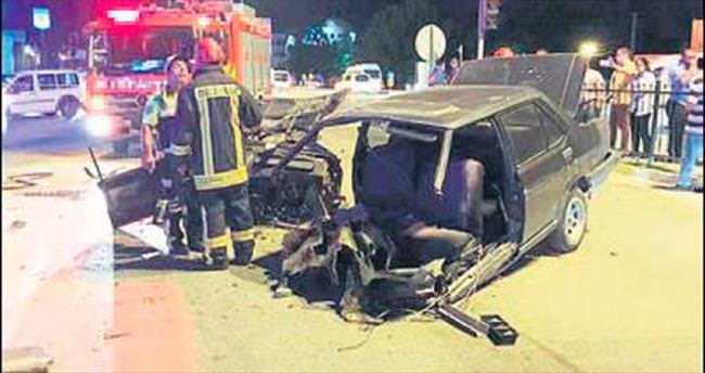 Araç ikiye ayrıldı 4 kişi yaralandı