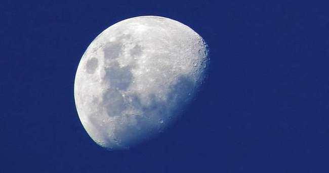 Ay'da insan silüeti