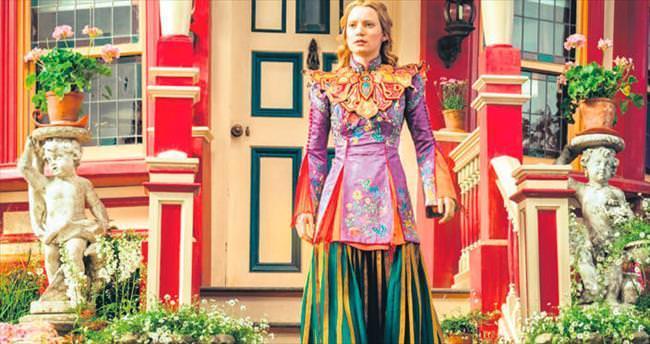 Alice modaya el attı
