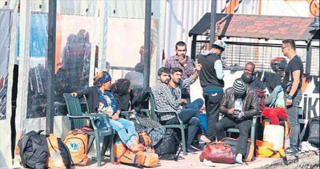Midilli Adası'na kaçan 23 mülteci Dikili'ye iade edildi
