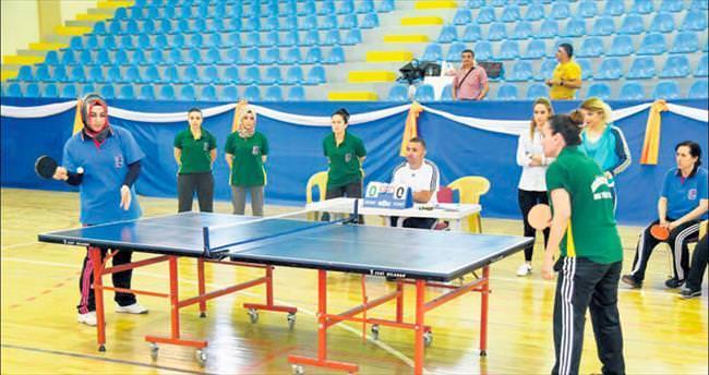 Kadınlar, masa tenisinde usta sporculara taş çıkardı