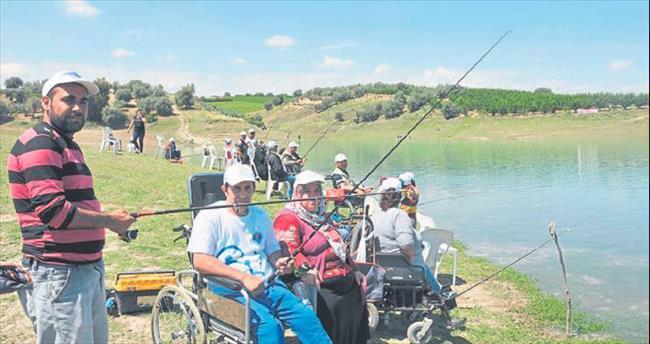100'e yakın engelli oltayla balık avladı