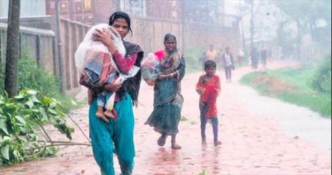 Bangladeş'te kasırgadan kaçış