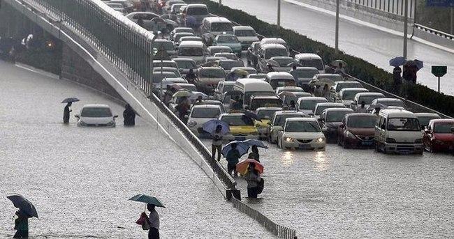Çin'de şiddetli yağışlar hayatı felç etti