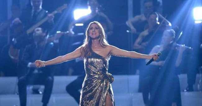 Ünlü şarkıcı sürpriz karşısında gözyaşlarını tutamadı