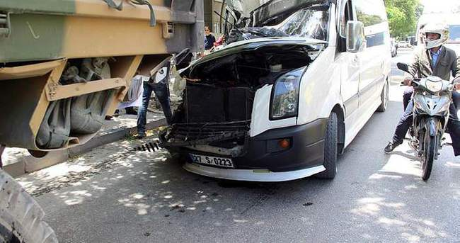 Öğrenci servisi askeri araca çarptı: 9 yaralı