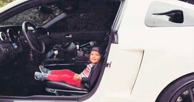 2 yaşındaki Mert direksiyon başında