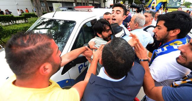 Fenerbahçe otobüsüne Galatasaray atkısı açtı, olay çıktı!