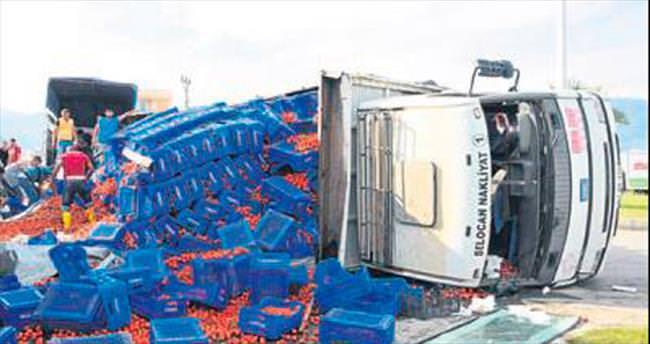 Demre'de sebze kamyonu devrildi