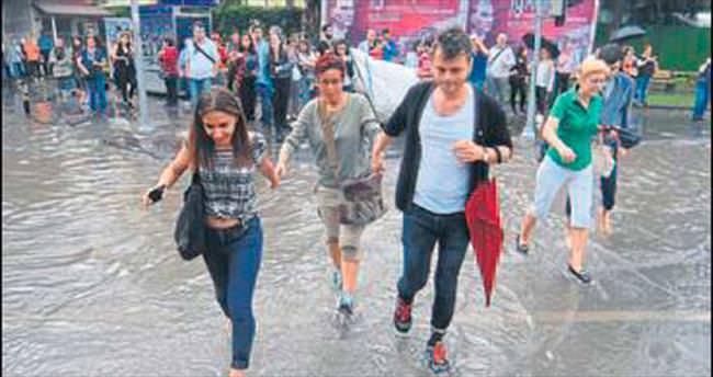 İzmir, yarım saatlik yağmurla felç oldu!