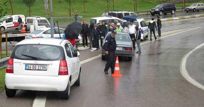 Tutanak tutan polislere araç çarptı