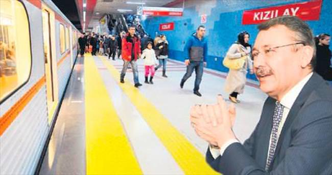 Metro seferleri gençlerin talebiyle 24.00'e uzatıldı