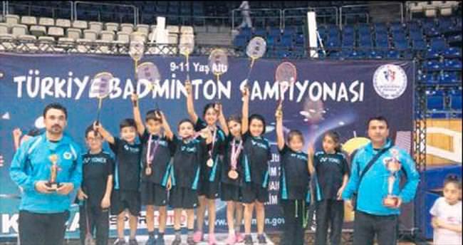 Badminton Takımı madalyaları topladı