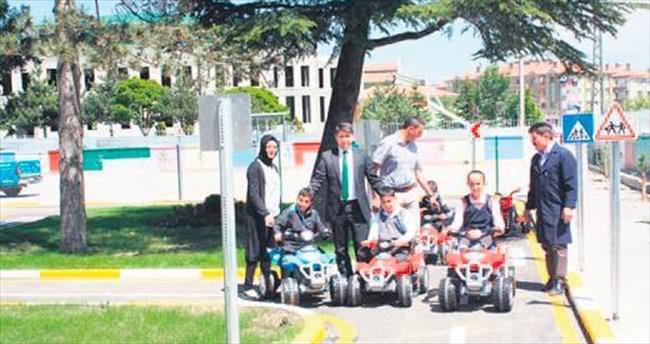 Trafik eğitimini okul bahçesinde alıyorlar