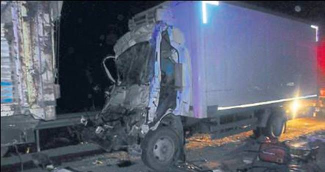 Duran kamyona çarpıp öldü