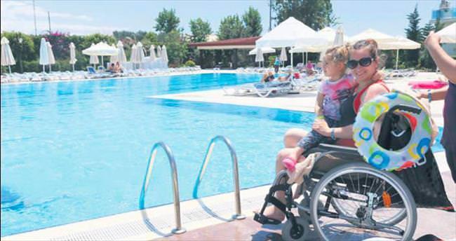 Engelliler Antalya'da denizle buluştu