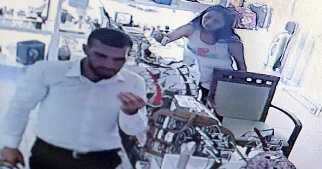 Hırsız turistler kameraya yakalandı!