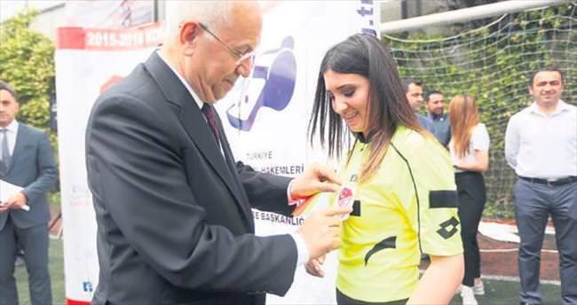 Başkan Yaşar genç hakemlere kokart taktı