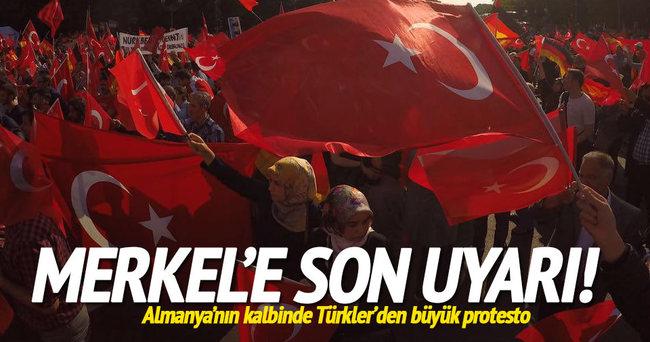 Almanya'daki Türkler'den büyük protesto
