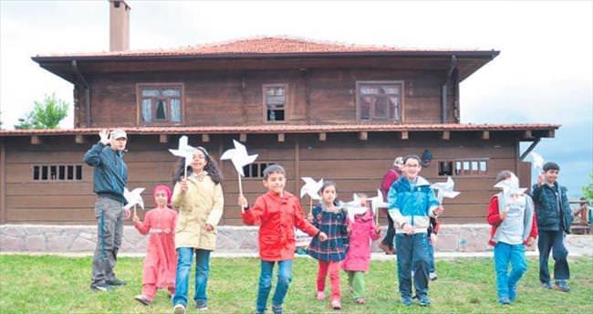 Köy hayatı ve geleneksel oyunların keyfini çıkardılar