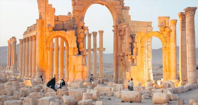 Suriye ordusu Palmira'yı yağmalıyor
