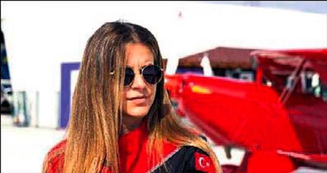 Kadın akrobasi pilotu tarihe geçti