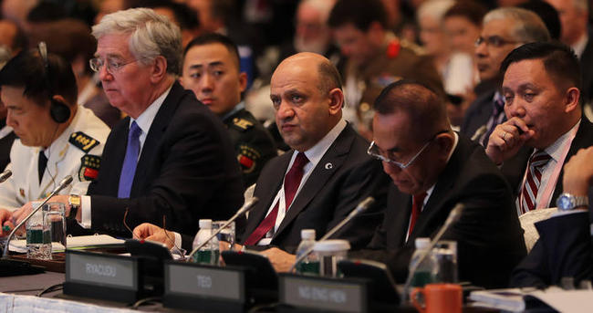 Milli Savunma Bakanı Işık, Singapur'da