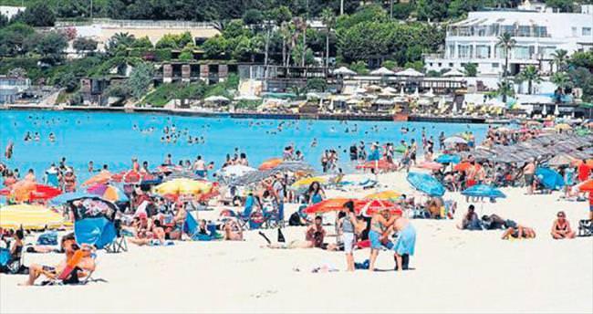 Sıcaktan bunalan İzmirliler sahillere akın etti