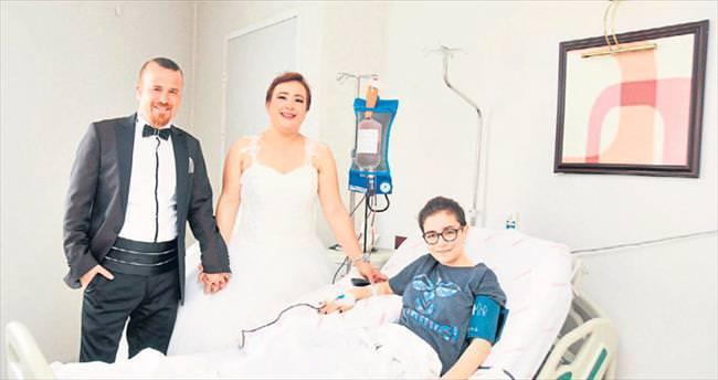 Genç kıza hastanede gelin-damat sürprizi