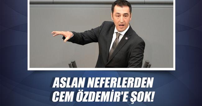 Aslan neferlerden Cem Özdemir'e darbe!