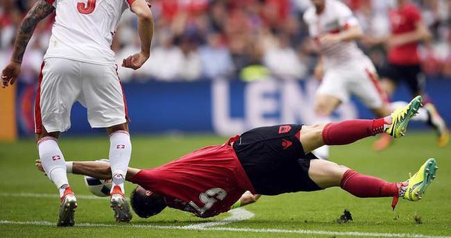 EURO 2016'da ilk kırmızı kart Lorik Cana'ya
