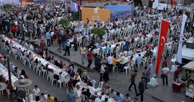 İstanbul'dan gelen Ak Partililer,Sur'da vatandaşlarla iftar yaptı