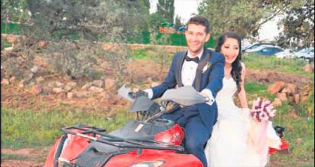 Düğünlerine yamaç paraşütüyle geldiler