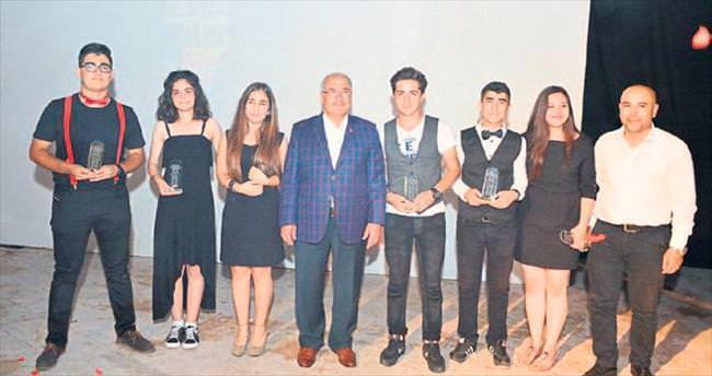 Gelecek vaat eden tiyatroculara ödülleri verildi