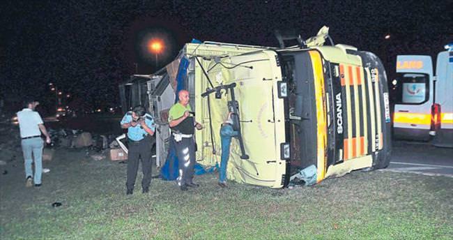 Sebze yüklü kamyon ile otomobil çarpıştı