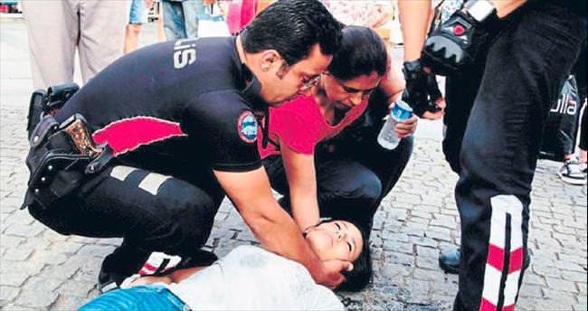 Dili boğazına kaçan kızı polis kurtardı