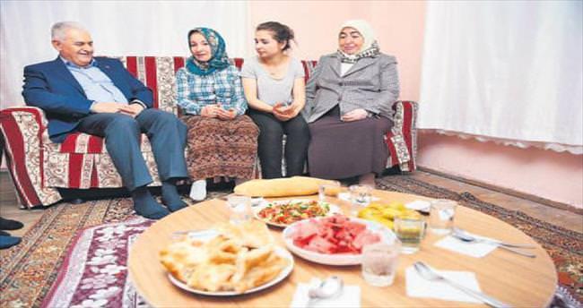 Yıldırım pide alıp vatandaşın evinde iftar açtı
