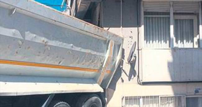 Apartmana vuran kamyon korkuttu