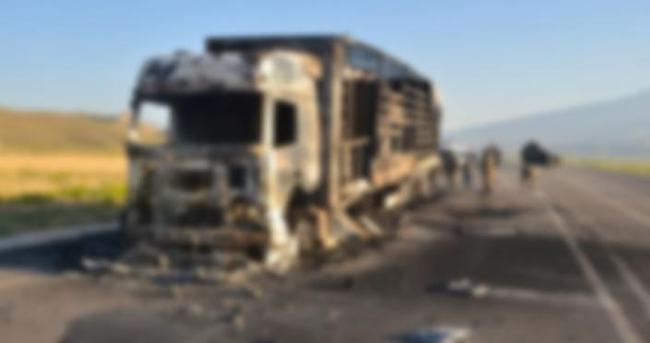 Teröristler 5 TIR'ı ateşe verdi